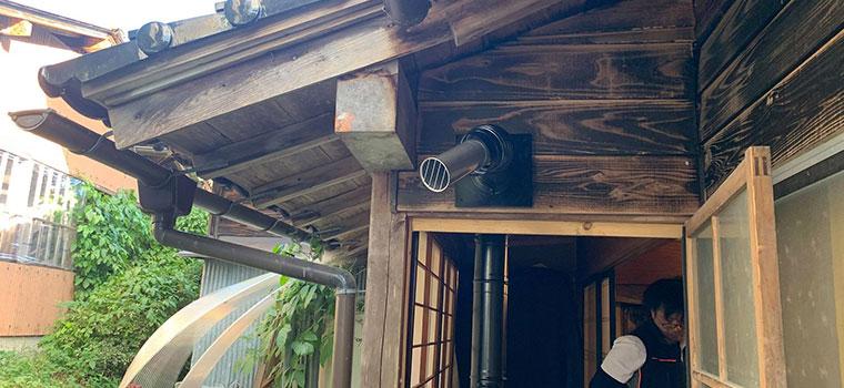 銀色の煙突部分から空気が排気されるので、周辺の温度が高くなります。人が通る場所だと危ないことがあるので、注意して設置が必要です。