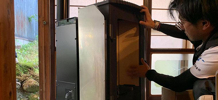 炉内に高温を保つための<em>バーミキュライト</em>を設置します。