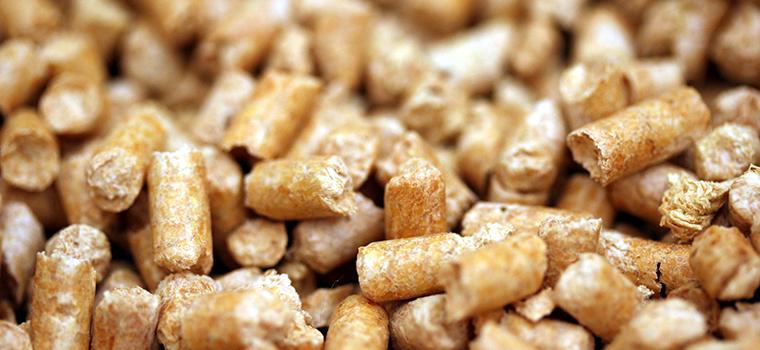 ペレットストーブの燃料は「木質ペレット」を使用します。木質ペレットは乾燥させた木の粉をかためた固形燃料のことをいいます。
